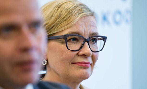 Tuore sisäministeri Paula Risikko (kok) pitää juuri työttömyyttä suurimpana uhkana Suomelle.
