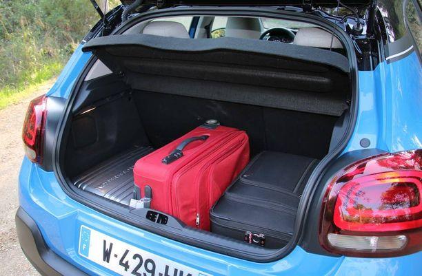 Tavaratila paljastaa auton mitat, mutta on kokoluokassa riittävä.