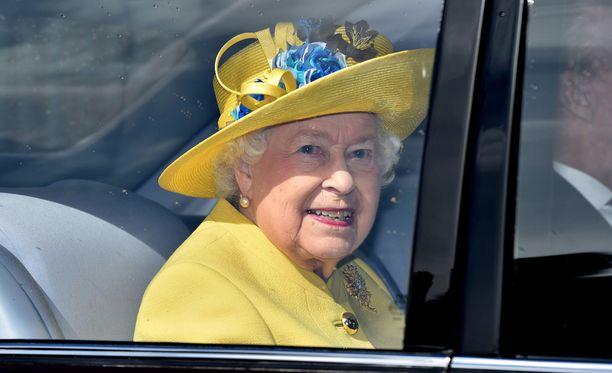 Kuningatar Elisabet saapui pääsiäismessuun tyylikkäästi keltaisessa asussa ja hatussa.