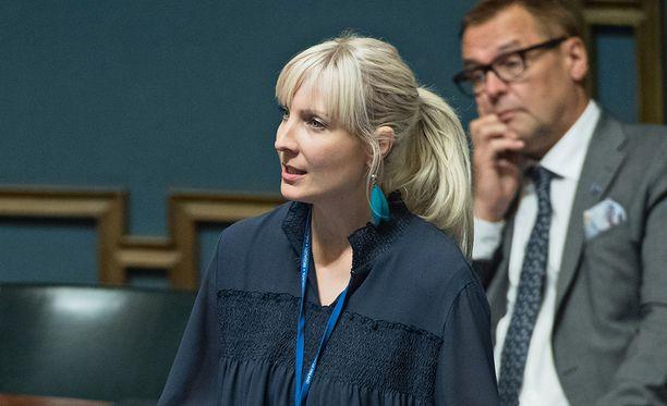 Laura Huhtasaari moiti keskustaa siitä, että puolue haluaa Suomeen islamilaisia arvoja.