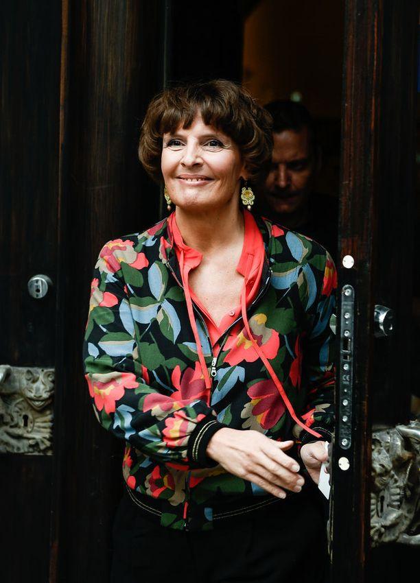 Liikenne- ja viestintäministeri ja vt. pääministeri Anne Bernerillä (kesk) on syytä hymyyn. Perheyhtiön bisnekset sujuvat.
