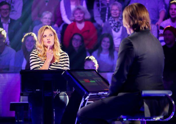 Kilpailija Elina Mäntyniemi veikkasi, että Tinder-treffipalvelu on tunnettu myös pettämissivustona.