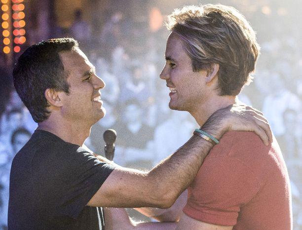 Ned Weeksin kanssa lavalla Bruce Niles eli näyttelijä Taylor Kitsch.