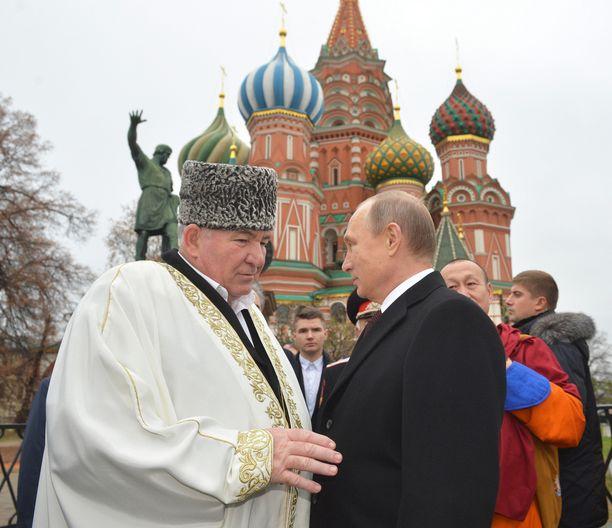 Mufti Ismail Berdijev yhdessä presidentti Vladimir Putinin kanssa viime marraskuussa.