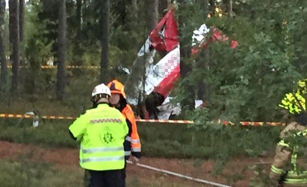 Lentokone rysähti tiistaina Nummelan harrasteilmailukentän viereiseen metsikköön.