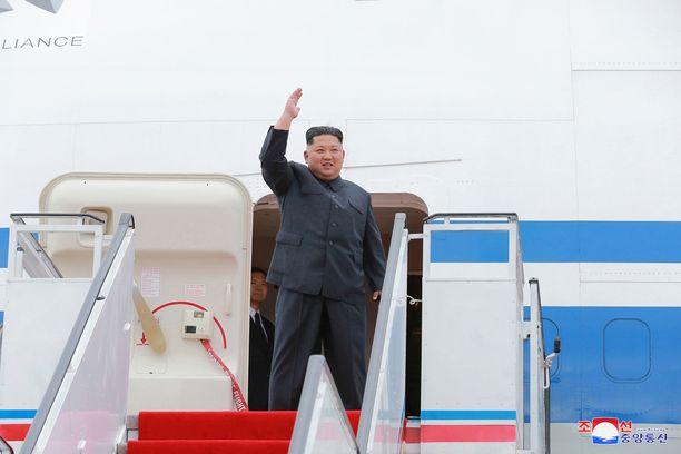 Kim Jong-un saapui huippukokouksee lentäen.