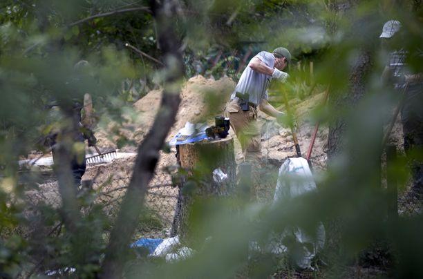 Poliisit tekevät kaivauksia siirtolapuutarhassa Hannoverissa.
