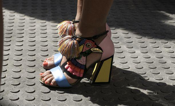 Boheeminhippimäistä otetta nähtiin myös muotiviikkokävijöiden jaloissa.