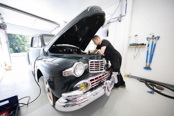 Presidentti Paasikiven Lincoln V12 vuodelta 1946, minkä Antti Selivaaran isä entisöi alun perin 1980-luvulla. Myöhemmin Antin isä kuoli ja auto joutui Helsingin automuseoon. Museo meni konkurssiin, ja autot myytiin luvatta Italiaan. Nyt auto on palannut Poriin Antti Selivaaralle.