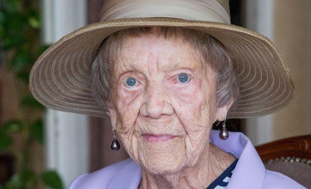 Siron kesähattunsa Siiri sai 40-luvulla hammaslääkäriltä, jonka taloudenhoitajana hän työskenteli seitsemän vuotta.