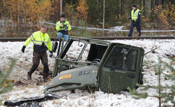 Puolustusvoimien ajoneuvo ja juna törmäsivät Raaseporissa viime lokakuussa.