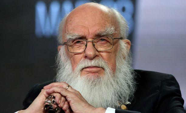 James Randi on turhautunut siihen, että kaikenmaailman kaupustelijat hyväksikäyttävät ihmisiä taikuuden varjolla.