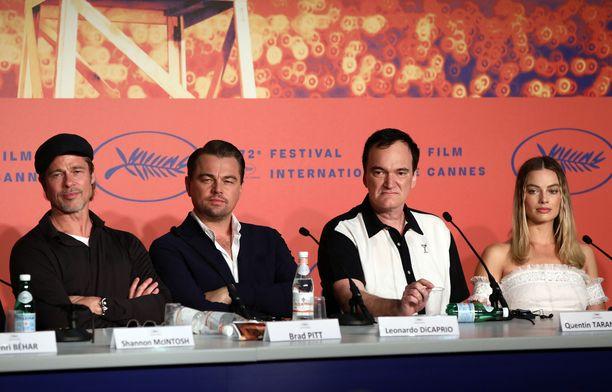 Once Upon a Time in Hollywood -elokuvan päätähdet Brad Pitt (vas.), Leonardo DiCaprio, ohjaaja-käsikirjoittaja Quentin Tarantino ja Margot Robbie vastaamassa lehdistön kysymyksiin Cannesissa 22.5.2019.