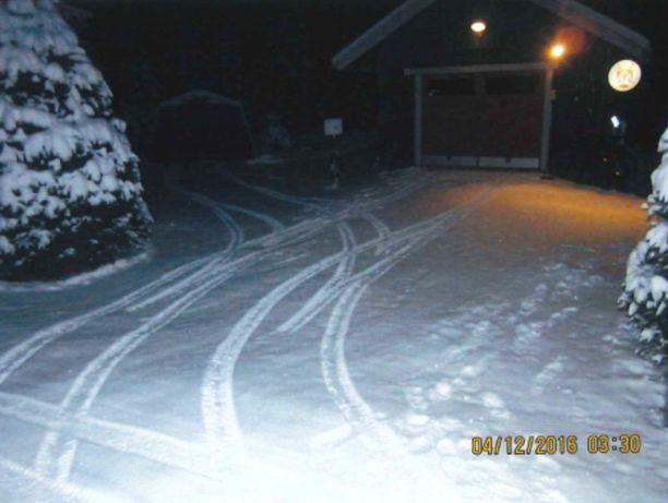 Auton jäljistä näkyy, miten Lasonen on liikkunut pihallaan.