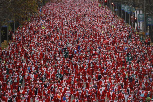 Miljoona, miljoona, miljoona pukkia. Tai ainakin tuhansia. Madridissa järjestetyllä jouluisella juoksutapahtumalla kerättiin rahaa hyväntekeväisyyteen.