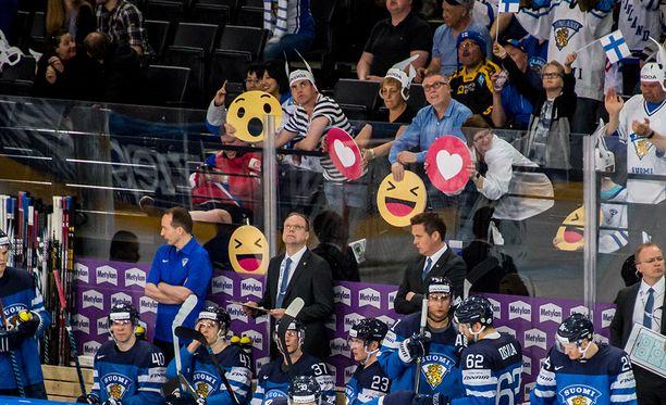 Joku voisi tulkita Lauri Marjamäen lähettyville asetetun nauruemojin piruiluksi MM-onnistumisesta - mutta oli vierellä onneksi sydänkin.