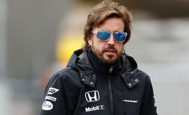 Mies mustissa. Fernando Alonso suhtautuu McLarenin surkeaan tilanteeseen huumorilla.