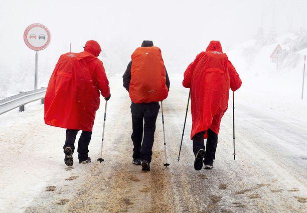 Pyhiinvaeltajat tarpoivat lumessa Lugossa, Galiciassa.