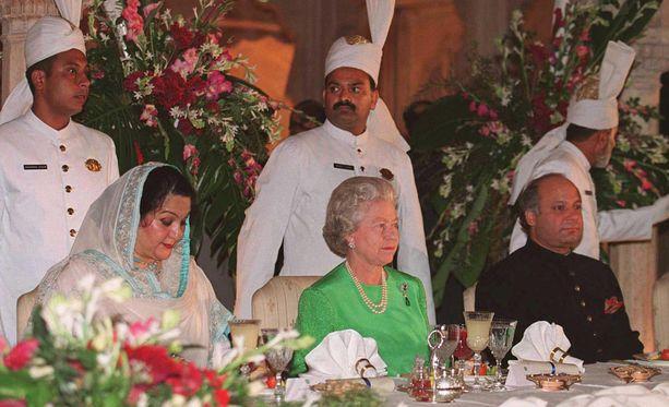 Illallisten aikana kuningatar Elisabet keskittyy ensimmäisen ruokalajin ajan keskustelemaan oikealla puolellansa istuvan vieraan kanssa.