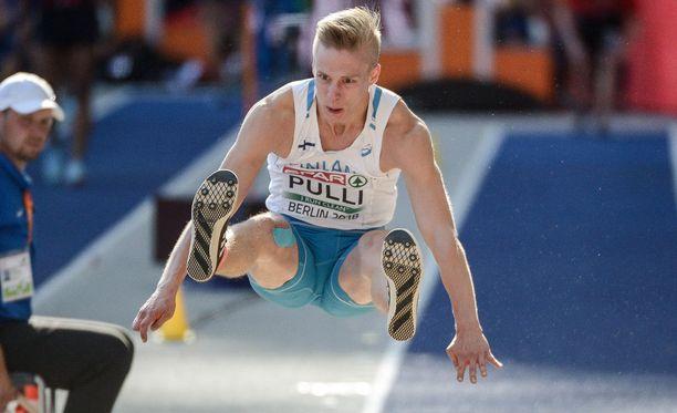 Kristian Pullilla oli terveysmurheita Berliinissä. Oikeassa jalassa näkyy kinesioteippaus.