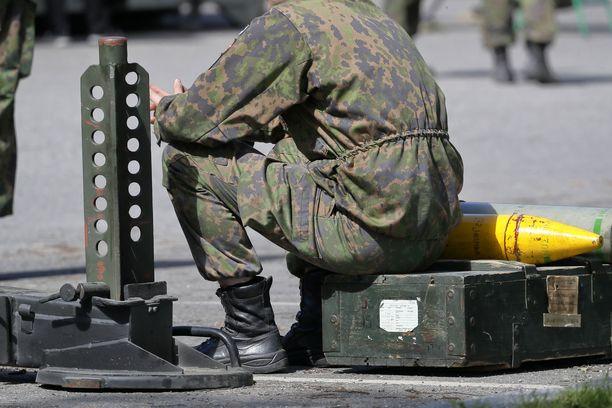 Maavoimat on huolissaan siitä, että monia nykyvarusmiehiä ahdistaa muun muassa yhteisasuminen tuvassa.