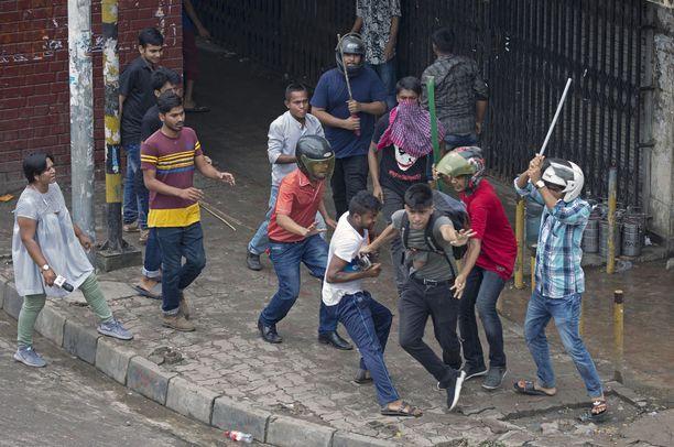 Tuntemattomat, keppien kanssa varustautuneet miehet ovat hyökänneet mielenosoittajien ja toimittajien kimppuun.