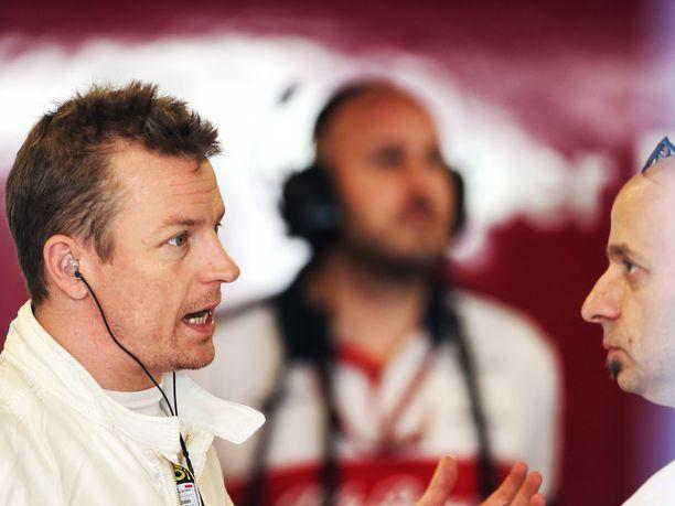 Kimi Räikkönen hyppäsi tiistaina ensimmäisen kerran Sauberin C37-auton puikkoihin. Kuvassa Räikkönen keskustelee Ferrarilta Sauberin tekniseksi johtajaksi siirtyneen Simone Restan kanssa.