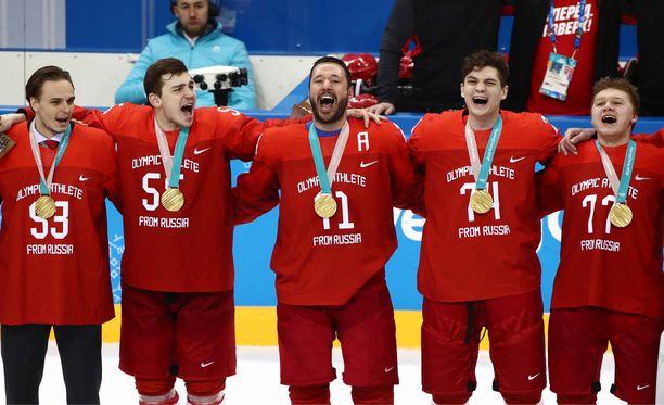 Venäläiset hoilasivat kotimaansa hymniä Ilja Kovaltshukin (keskellä) johdolla.