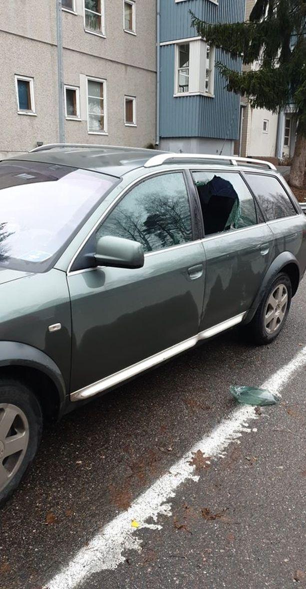 Varas rikkoi auton ikkunan ja varasti lahjat takapenkiltä. Lukijan kuva.