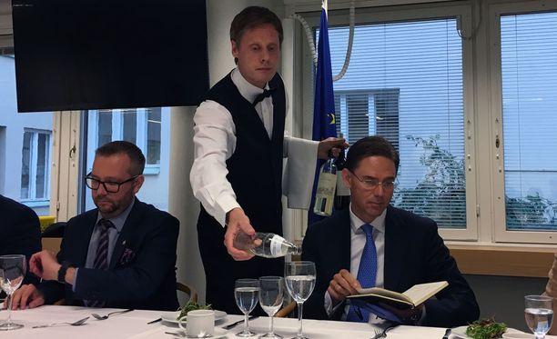 """EU-komission varapuheenjohtajan Jyrki Kataisen mukaan """"kannattaa tehdä mielikuvaharjoitus, pistää silmät kiinni ja miettiä, minkälainen olisi täydellinen talous- ja rahaliitto ja mitä siitä tällä hetkellä puuttuu""""."""