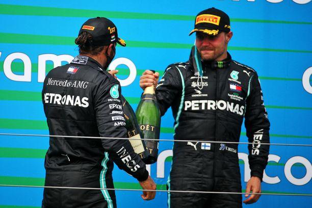Valtteri Bottas (oik.) menetti MM-johtonsa Lewis Hamiltonille.