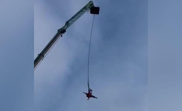 Hyppääjän on tärkeää muistaa, että hyppääminen on täysin turvallista, eikä minkäänlaista vaaraa ole, vaikka jalka irtoaakin remmistä.