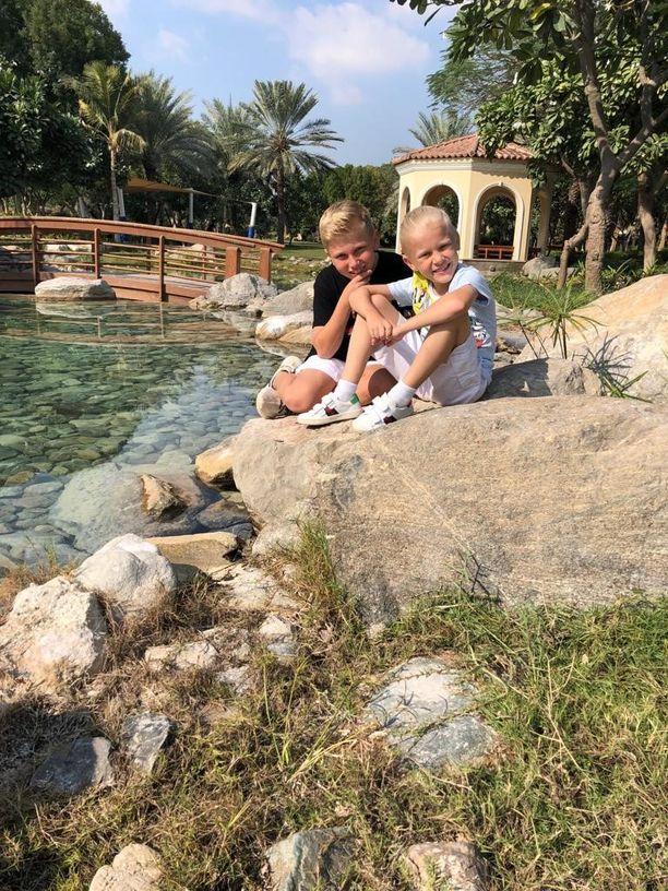 Perhe asuu yhdellä Dubain vehreimmistä asuinalueista. Puistoja on paljon.