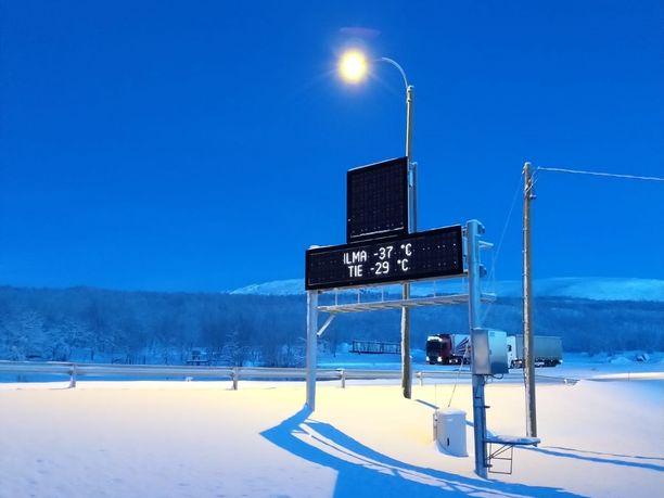 Tuoreen kuukausiennusteen mukaan kovat pakkaset jatkuvat Lapissa. Tämä mittari näytti Kilpisjärvellä lämpötilaksi sunnuntaina -37 astetta. Talven virallinen pakkasennätys, -36,6 astetta rikottiin maanantaina Sallan Naruskassa.
