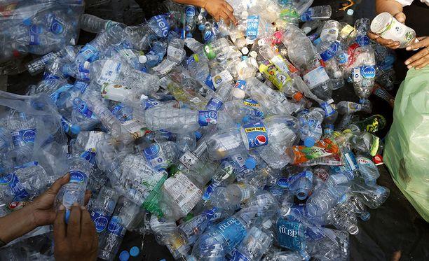 Valokuvaaja Caroline Power todisti Karibianmerellä, kuinka ihmisten luontoon heittämät roskat ja jätteet uhkaavat hukuttaa Karibianmeren muoviroskaan. Kuvituskuva.