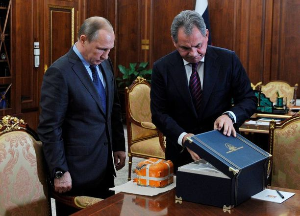 Presidentti Putin ja puolustusministeri Shoigu tutkivat venäläiskoneen mustaa laatikkoa Moskovassa tiistaina. Isis on ilmoittanut pudottaneensa koneen. Maahansyöksyssä kuoli 224 ihmistä.