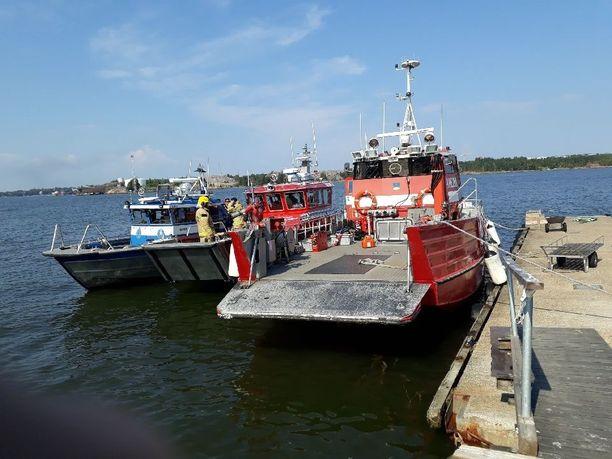 Sammutustehtäviin osallistui kolme pelastuslaitoksen venettä.