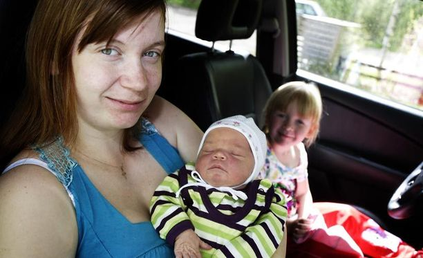 Jari Juselius toimi kätilönä, kun hänen vaimonsa Heidi Peltola synnytti auton etupenkillä terveen tyttövauvan. Taustalla isosisko Oona Kälvinmäki.