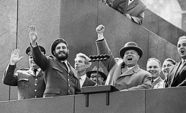 Fidel Castro (edessä vas.) ja Nikita Hrushtshov (edessä oik.) olivat läheisiä liittolaisia.