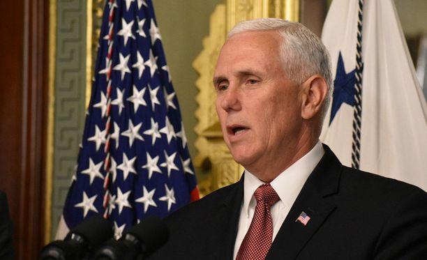 Yhdysvaltain varapresidenttinä Mike Pence ilmoittaa, ettei Yhdysvallat ole poistamassa Venezuelan vastaisia pakotteitaan.