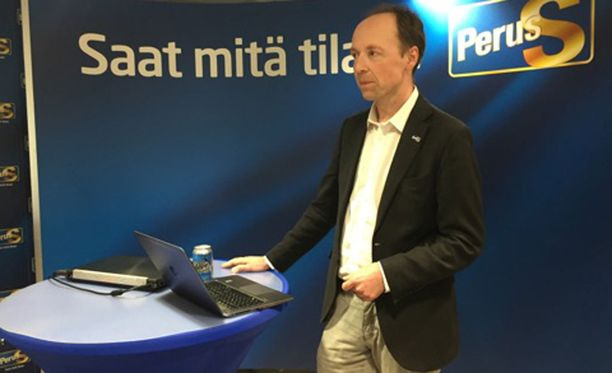 Jussi Halla-aho puhui medialle noin kello 17.30 perjantaina puoluetoimistolla.
