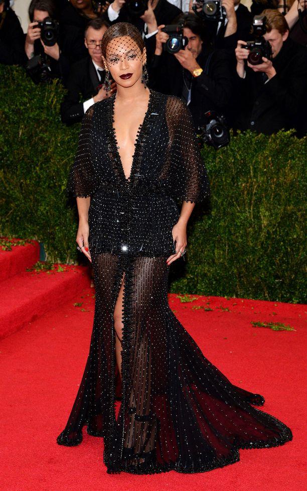 Beyoncé valitsi ylleen Givenchyn syvään uurretun iltapuvun vuonna 2014.
