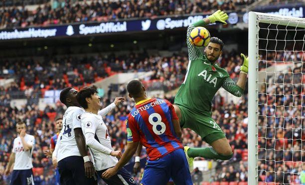 Tottenham-maalila debytoinut Paulo Gazzaniga (oik.) oli mies paikallaan.