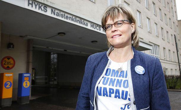 Sari Tanus osaliistuu Linnan juhliin surusta huolimatta. Tiedän, että isäni olisi halunnut, että menen juhlimaan Suomen itsenäisyyttä, hän sanoo.
