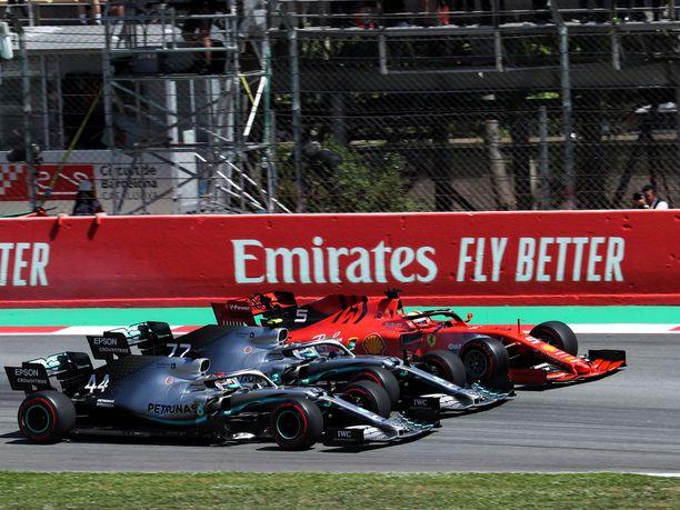 Kakkosruudusta startannut Lewis Hamilton nappasi Espanjan GP:n kärkipaikan jo ennen ensimmäistä mutkaa.