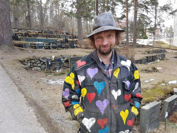 Marko Ruuskanen on siviiliammatiltaan haudankaivaja ja rakentaa harrastuksena pönttöjä. Hän tekee myös muuta taidetta.