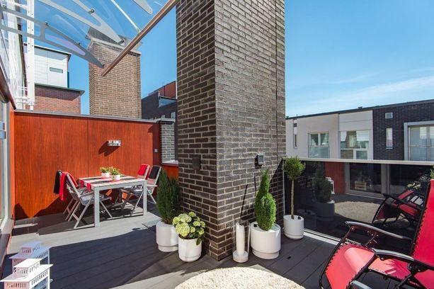 Asunnossa on kattoterassi ja parveke.
