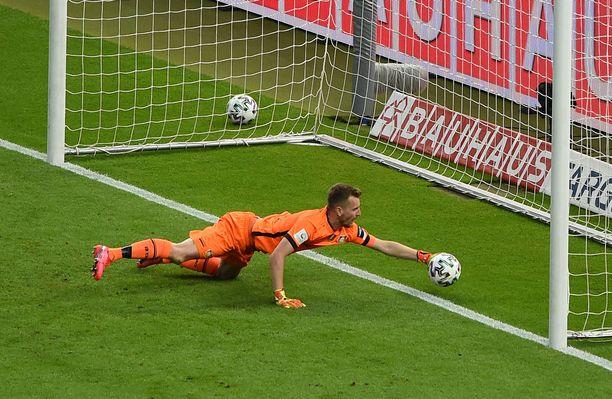 FC Bayernin kolmas maali lipsahti Lukas Hradeckyn käsien kautta maaliin.