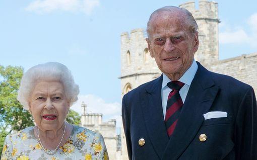 Kuningatar Elisabet, 94, ja prinssi Philip, 99, jälleen eristykseen – hääpäivääkin vietetään koronakuplassa