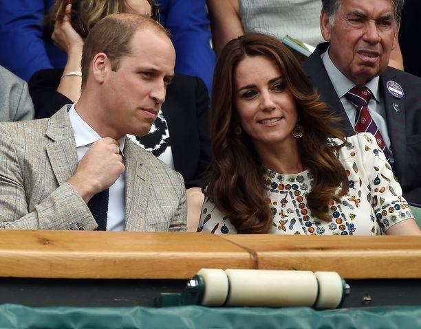 Herttuatar Catherine viihtyy tenniskatsomossa. Tässä puolison, prinssi Williamin, kanssa Wibledonissa vuonna 2016.